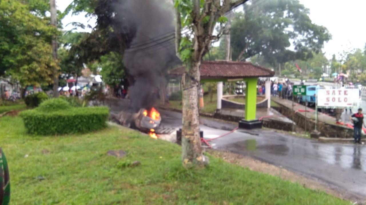 IMG-20181113-WA0084 Toyota Avanza BE 1441 EO Terbakar Di Pintu Masuk Perumnas Hartono
