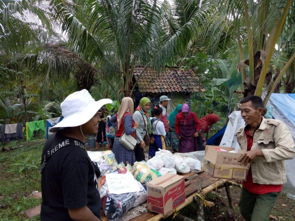 IMG-20181226-WA0198-1024x768 Naik Turun Bukit, Wanita Perkasa dari Tim Mulya Family Salurkan Bantuan Kepada Korban Tsunami Lamsel