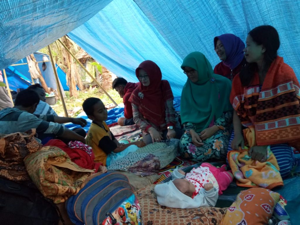 IMG-20181226-WA0200-1024x768 Naik Turun Bukit, Wanita Perkasa dari Tim Mulya Family Salurkan Bantuan Kepada Korban Tsunami Lamsel