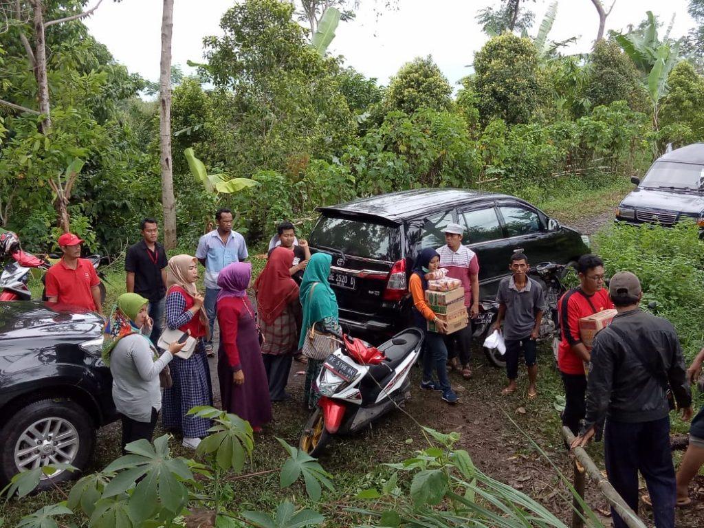 IMG-20181226-WA0204-1024x768 Naik Turun Bukit, Wanita Perkasa dari Tim Mulya Family Salurkan Bantuan Kepada Korban Tsunami Lamsel