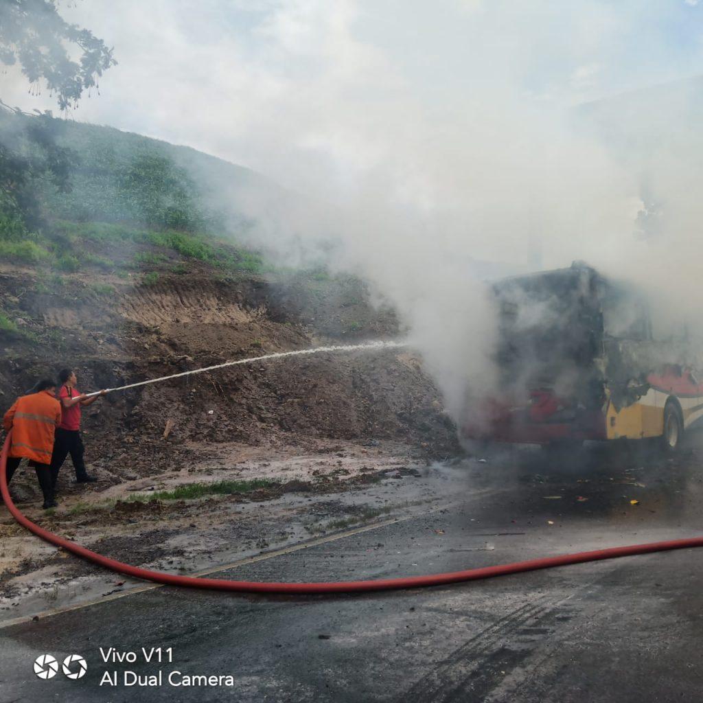 IMG-20181227-WA0137-1024x1024 Bus DAMRI Terbakar, 2 Armada Pemadam Diterjukan Oleh Damkar Lamsel