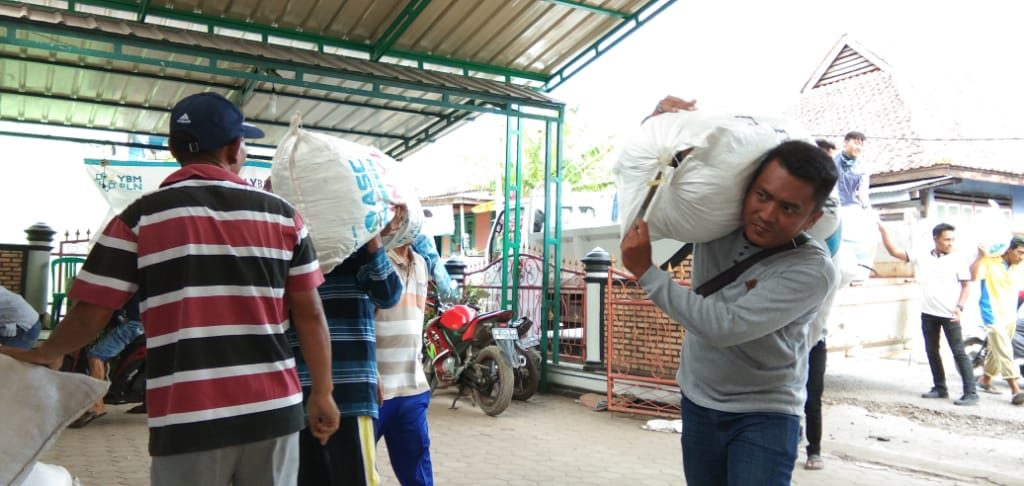 IMG-20181228-WA0322-1024x486 Tak Kenal Lelah, 12 Orang Staf Sekretariat DPRD Lamsel Diperbantukan Jadi Relawan Tsunami