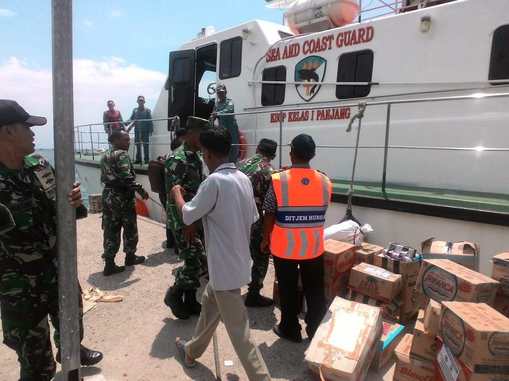 IMG-20190107-WA0037-1024x768 Kodim 0421 Lamsel Salurkan Bantuan Logistik Ke Pulau Legundi Pesawaran