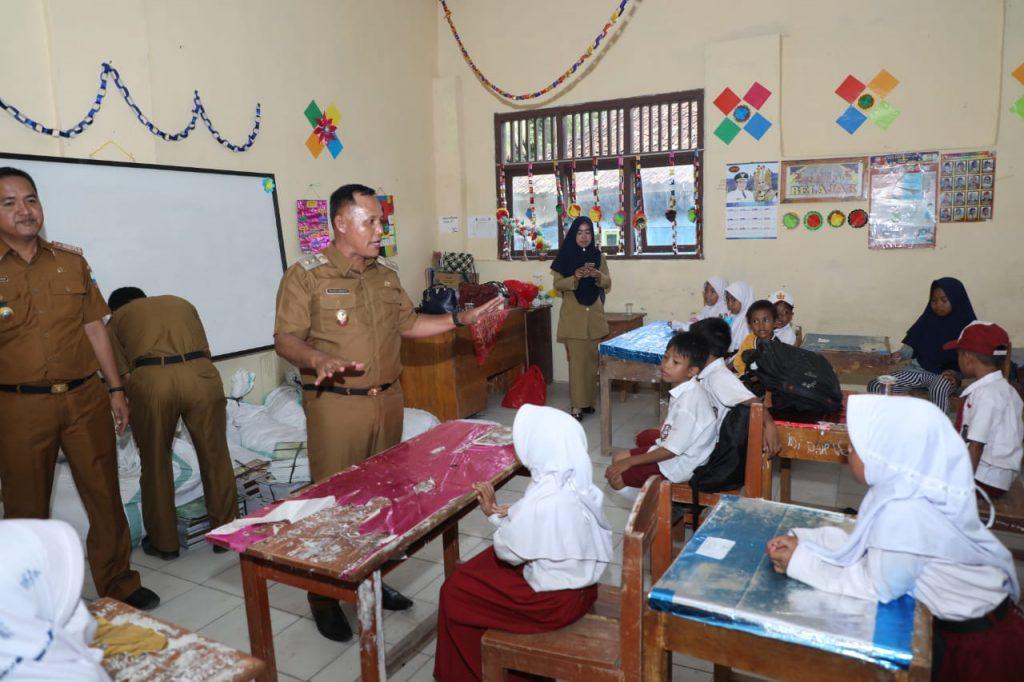 IMG-20190107-WA0049-1024x682 Datangi SDN 1 Kunjir, Nanang & Kadisdik Lamsel Berikan Seperangkat Alat Sekolah