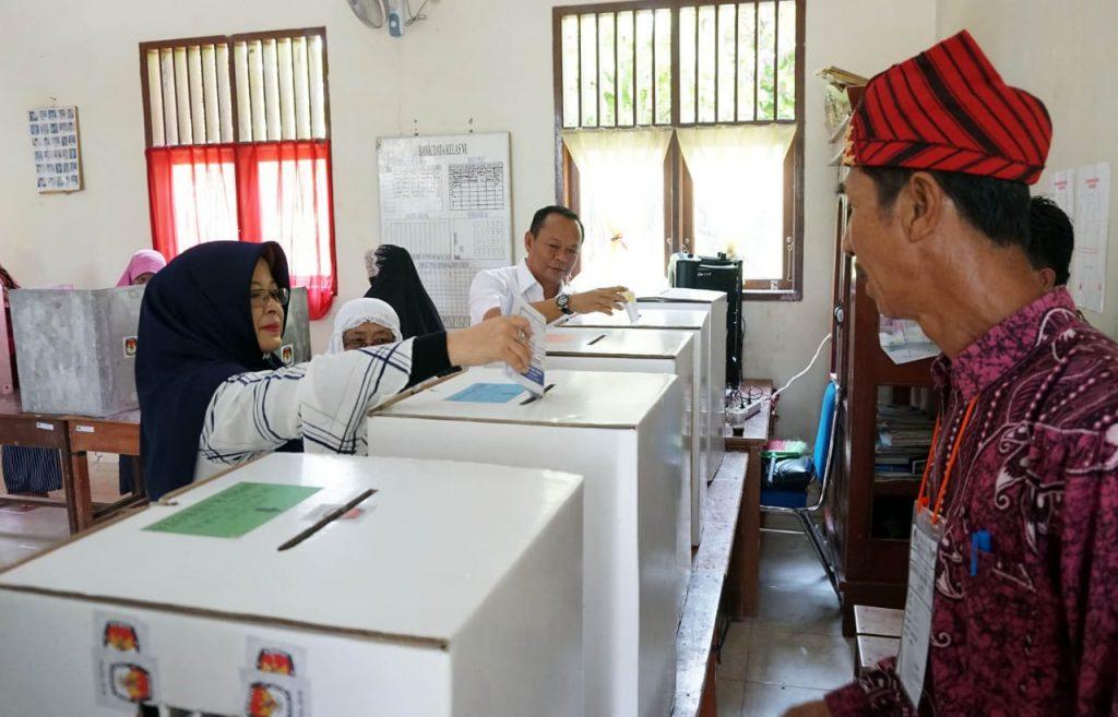 IMG-20190417-WA0071-1024x657 Pemilu 2019, Ketua DPRD Lamsel Nyoblos Di TPS 03 Desa Kedaton