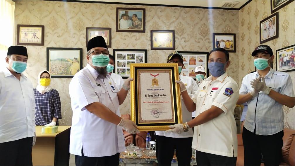 HUT Duta Lampung Ke-7, TEC Terima Penghargaan 'Tokoh Politik Sukses Peduli Sosial' - Hanuang.com