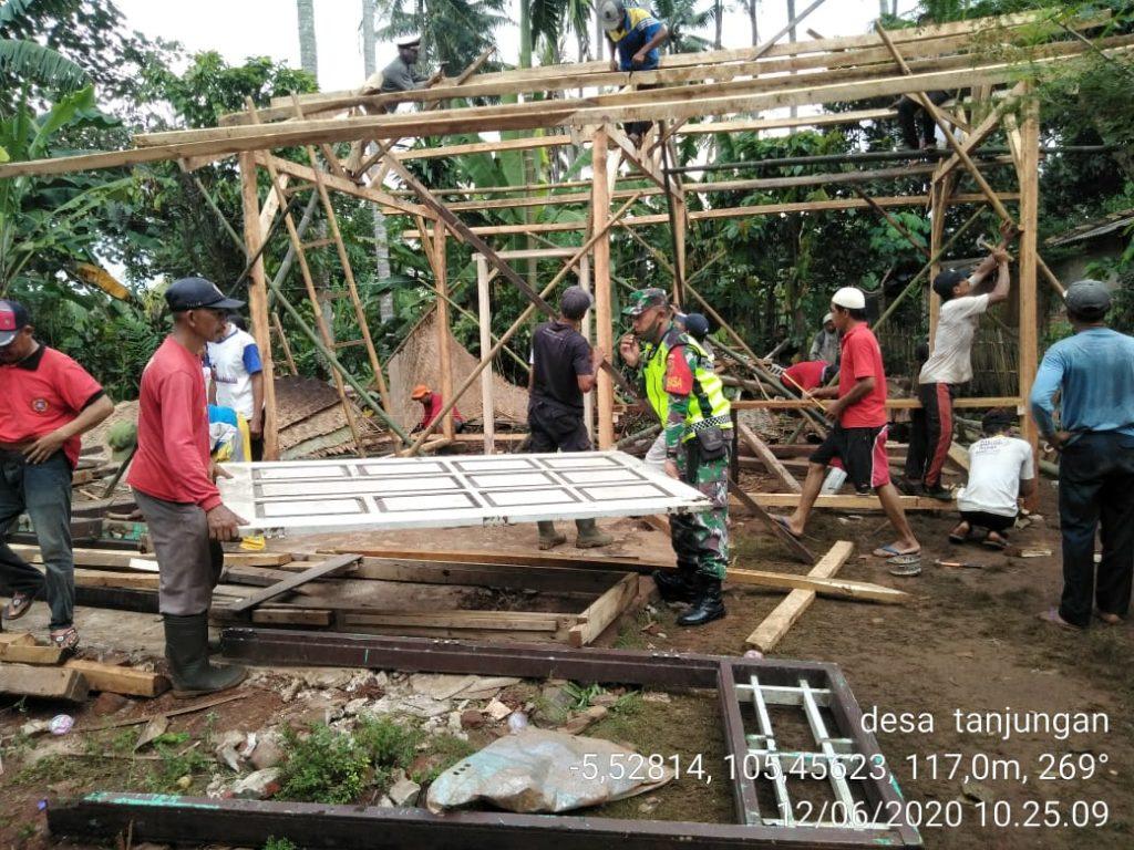IMG-20200612-WA0107-1024x768 Bantu Warga, TNI Kodim 0421 Lamsel Terjun Ke Sawah Hingga Kawal BLT