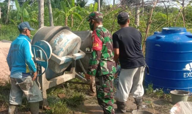 IMG-20200612-WA0109 Bantu Warga, TNI Kodim 0421 Lamsel Terjun Ke Sawah Hingga Kawal BLT