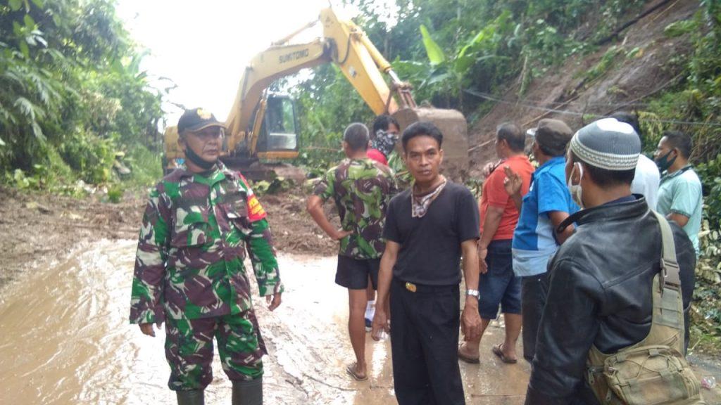 IMG-20200612-WA0112-1024x576 Bantu Warga, TNI Kodim 0421 Lamsel Terjun Ke Sawah Hingga Kawal BLT