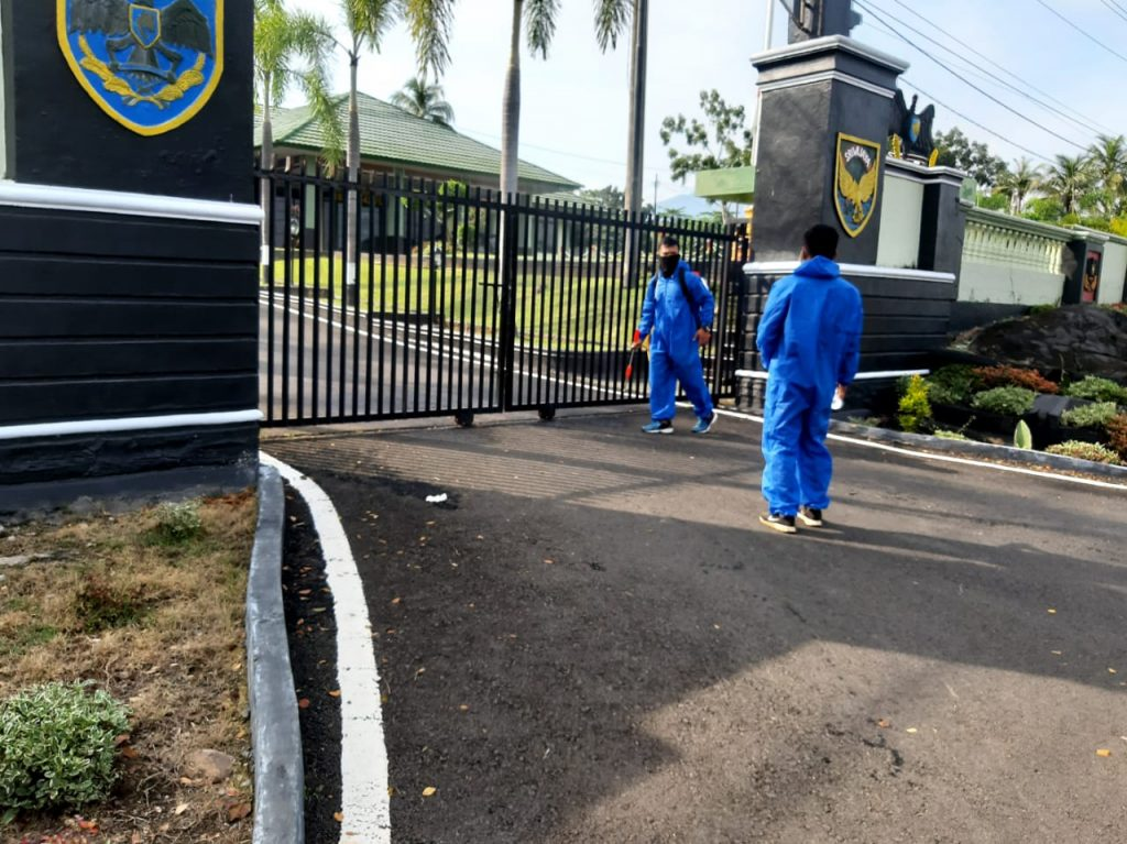 IMG-20200617-WA0039-1024x767 Makodim Lamsel Disemprot Disinfektan, TNI Kembali Sosialisasi Protokol Kesehatan